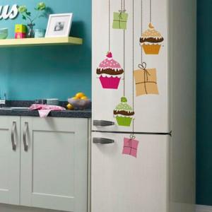 Naklejki marki Redro imitujące ozdoby choinkowe zamienią zwykłą lodówkę w kolorową, świąteczną dekorację. Taka aranżacja wprowadzi do kuchni wyjątkowy nastrój. Fot. Redro.