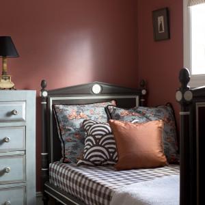 Ciemny, bordowy kolor ścian dobrze prezentuje się w połączeniu z klasyczną formą mebli. Fot. Benjamin Moore.
