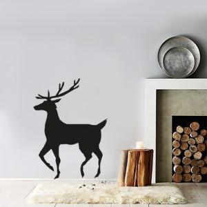 Smukły renifer naklejony przy kominku może zainspirować do zaproszenia rodziny na spacer po lesie. pomoże on spalić świąteczne kalorie oraz wzmocni więzi rodzinne. Fot. Vinyl Impression.