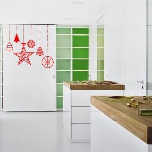 Czerwone naklejki w formie gwiazdek, dzwonków czy bombek szybko odmienią wygląd kuchni i zaprowadzą w niej odświętny klimat. Fot. Redro.