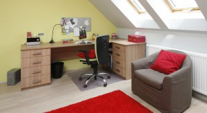 Nawet z niewielkiego pomieszczenia na poddaszu można wyczarować ładny i funkcjonalny pokój dziecka. Przykładem niech będzie wnętrze zaaranżowane przez Beatę Ignasiak-Wasik.