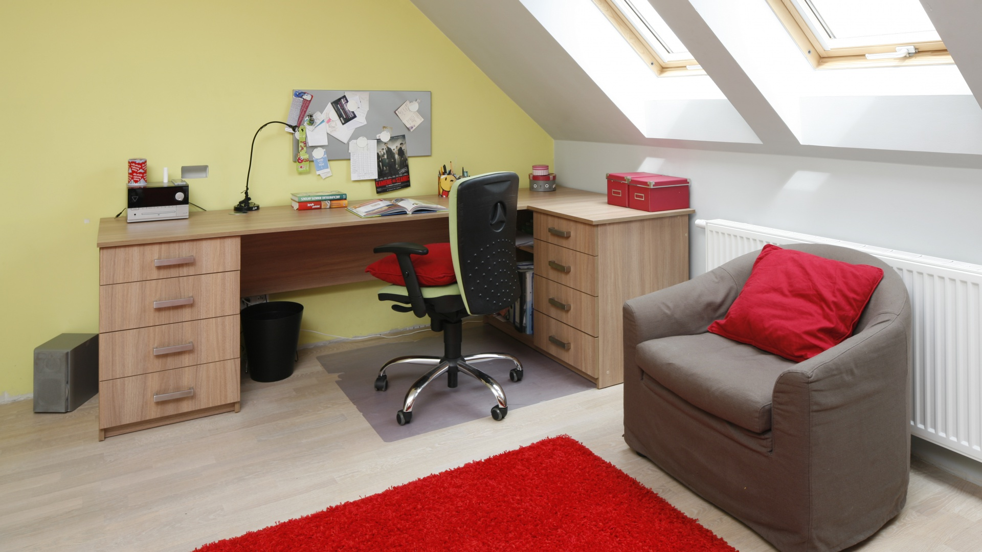 Duże biurko i wygodny fotel obrotowy gwarantują komfortowe miejsce do nauki. Dzięki dodatkowemu kontenerowi na blacie panuje porządek. Fot. Bartosz Jarosz.