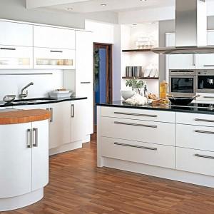 W modnej kuchni dominują materiały naturalne szczególnie drewno lub jego imitacje, zestawiane z betonem, metalem (stal szczotkowana, miedz, mosiądz, cynk), szkłem, kwarcem lub marmurem. Fot. Demirbag.