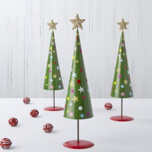 Niewielka, ale efektowna dekoracja przypominająca choinkę ma nawet na czubku piękną, pozłacaną gwiazdę. Można ją postawić na stole, kominku czy komodzie. Fot. The Contemporary Home.
