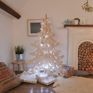 Świąteczne drzewko wykonane z płyty, oświetlone świątecznymi lampkami wygląda naprawdę efektownie. I przede wszystkim oryginalnie. Fot. Bombus LTD.