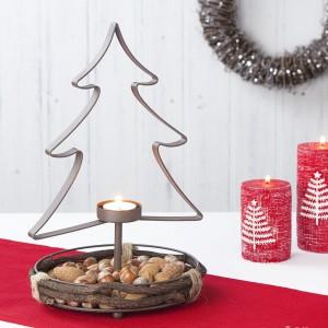 Metalowy świecznik w kształcie choinki. W jej stojaku - koszyku można poukładać np. orzechy. Fot. The Contemporary Home.