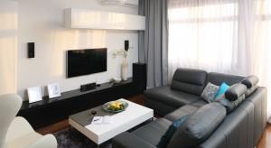 Biel i czerń to duet uniwersalny. Jego ponadczasowy charakter sprawi, że salon stanie się najbardziej wykwintnym i eleganckim miejscem w Twoim domu. Zobacz jak ten klasyczny zestaw barw wykorzystali projektanci wnętrz.