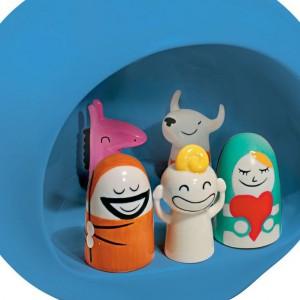 Porcelanowa szopka z figurkami Presepe. Projektanci włoskiej firmy żartobliwie podeszli do głównego motywu Bożego Narodzenia. Święta są przecież radosne. Fot. Alessi.