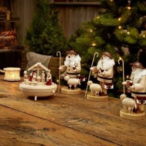 Zabawne figurki śpiewających pasterzy nawiązują do tradycyjnie przedstawianych jasełek. Znakomicie sprawdzą się jako dekoracja mieszkań w stylu rustykalnym. Fot. Tchibo.