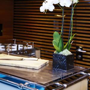 Drewniane elementy ocieplają wygląd kuchni oraz nadają jej przytulny, domowy charakter. Fot. Officine Gullo.