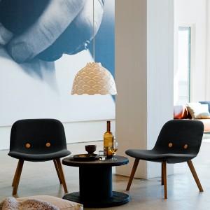 Zmysłowa, ażurowa lampa w subtelny sposób podkreśli kobiecy charakter salonu. Fot. Louis Poulsen.