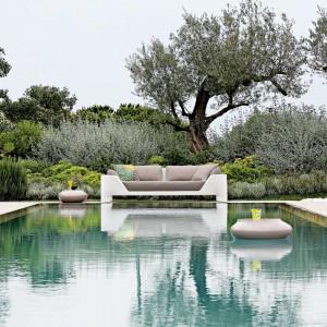 Piękny ogród w otoczeniu basenu kąpielowego tworzy doskonałe miejsce do odpoczynku w upalne dni. Fot. Roche Bobois.