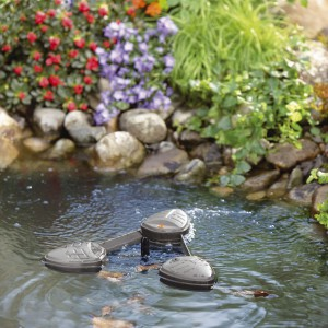 Jeśli w naszym ogrodzie mamy niewiele miejsca możemy skorzystać z gotowej formy oczka wodnego. Na większych posesjach wielkość oczka wodnego możemy wybrać dowolnie. Fot. Gardena.