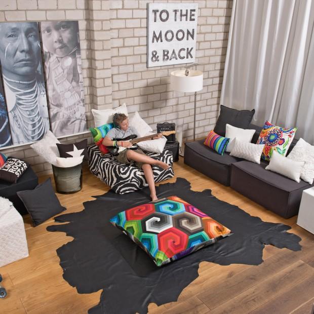 Dekoracje do salonu: kolorowe, miękkie poduszki