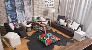 Poduszki dekoracyjne to chyba najprostszy sposób na metamorfozę salonu. Zobaczcie, jak tanio, szybko i łatwo da się z ich pomocą odmienićwnętrze.