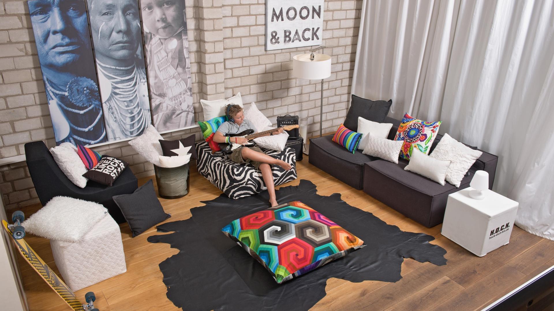 Kolorowe poduszki są nie tylko ozdobą sofy czy fotela. Duża poducha położona na środku salonu urozmaici aranżację i nada jej awangardowy charakter. Fot. H.O.C.K.