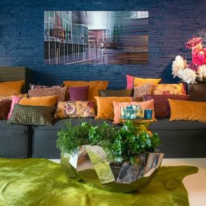 Poduszki z kolekcji Golden Future, wykonane z połyskujących tkanin, ozdobią kanapę w okresie karnawału. Przydadzą się również po imprezie, kiedy to goście padną na kanapie zmęczeni tańcem. Fot. H.O.C.K.