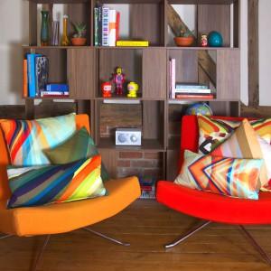 Poduszki w krzykliwych kolorach bardzo ładnie wyglądają na wypoczynkach w równie odważnych tonacjach. Trzeba jednak pamiętać, aby nie przesadzić z ilością barw i dobierać detale w tej samej gamie kolorystycznej. Fot. Parris Wakefield.