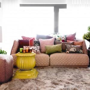 Poduszki z kolekcji Frozen Dreams marki H.O.C.K. Są kolorowym akcentem w spokojnym, beżowym wnętrzu. Fot. H.O.C.K.