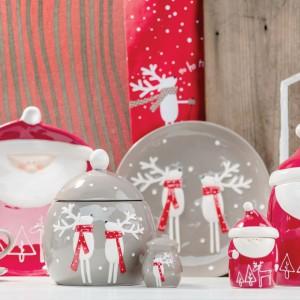 Urocza zastawa stołowa specjalnie na Boże Narodzenie, wśród której znajdują się też śliczne filiżanki. Modna szaro-czerwona kolorystyka ożywi każde wnętrze. Fot. Home&You.