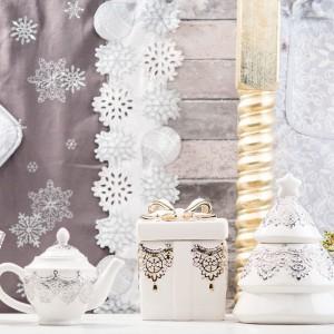 Klasyczna elegancja w starym stylu, ale z powiewem świeżości. Białe filiżanki i czajniczek w złote i srebrne wzory to propozycja nie tylko na Święta, ale na wszelkie rodzinne uroczystości. Fot. Home&You.