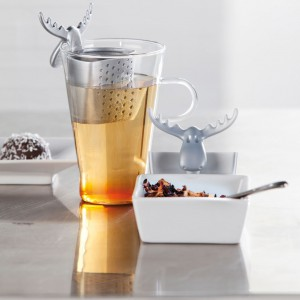 Zaczepiany o brzeg kubka zaparzacz do liściastej herbaty i ziół. Kolejny praktyczny gadżet od firmy Koziol - nie tylko oddziela fusy od naparu, ale także cieszy oko. Fot. Fide.
