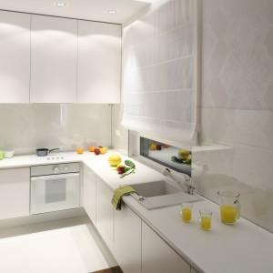 Fronty kuchenne wykonano z lakierowanego na półmat białego MDF-u. Czysta, niemal sterylna biel nadaje kuchni elegancki charakter. Proste linie, gładkie powierzchnie wpisują się w minimalistyczny wystrój wnętrza. Projekt: Katarzyna Merta-Korzniakow. Fot. Bartosz Jarosz.