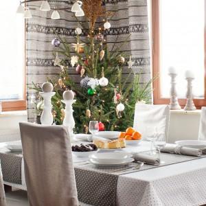 Stół na święta: udekoruj go w kolorach zimy