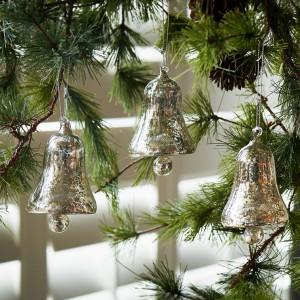 Postarzone bombki w kształcie dzwoneczków. Może właśnie tak wyglądają dzwonki przy saniach Świętego Mikołaja? Fot. House&More.