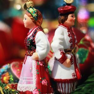 Bombkowe figurki o tradycyjnych, polskich formach: np. Lajkonika czy figurki w strojach regionalnych można odnaleźć wśród produktów firmy Bombkarnia. Są niezwykle dopracowane w szczegółach. Fot. Bombkarnia.