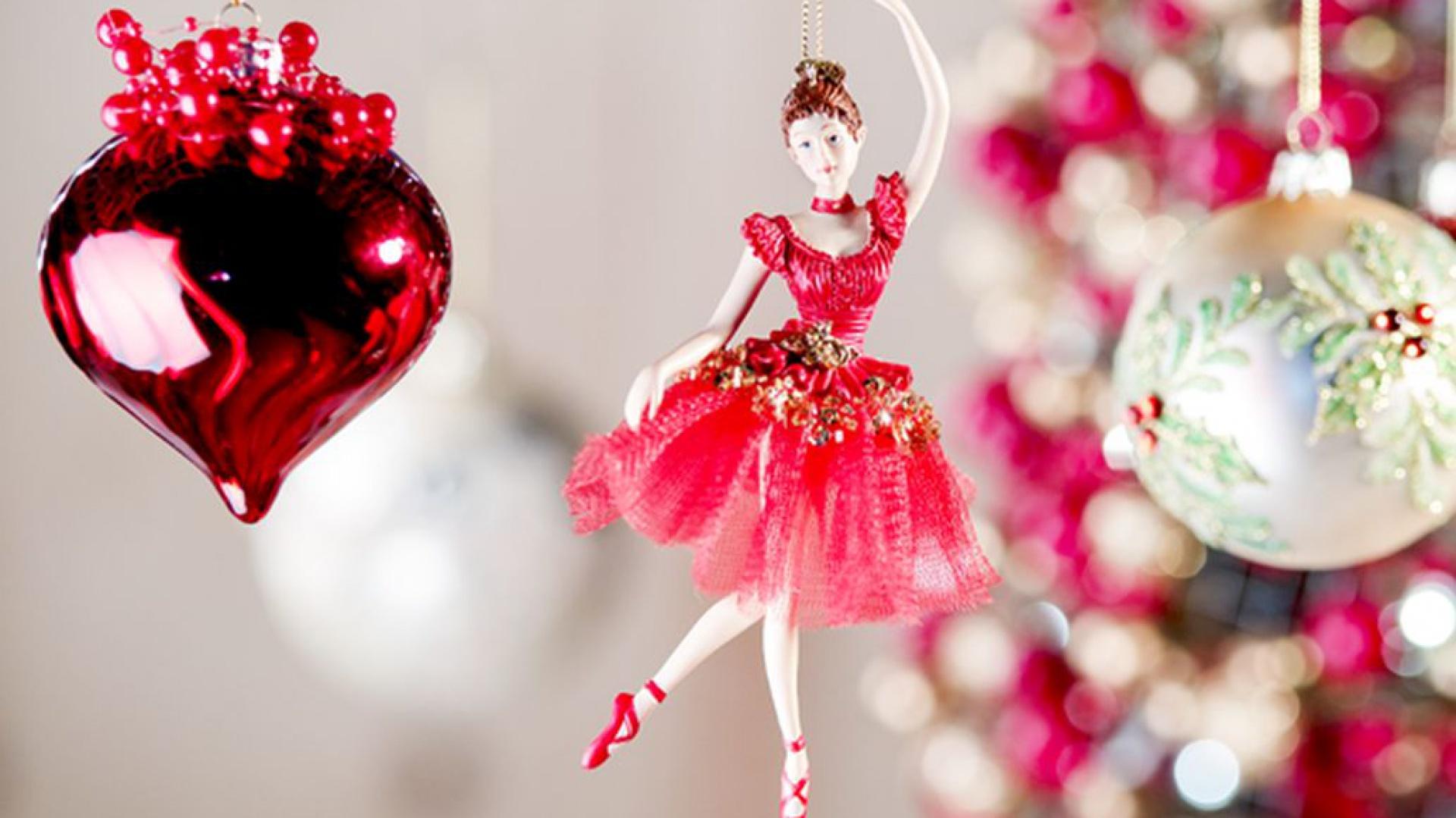 Piękne bombki z kolekcji Christmas Joy. Bajkowa baletnica przeniesie nas w magiczny czas dzieciństwa. Biała bombka ze zdobieniami jest niezwykle elegancka. Fot. Home&You.