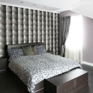 Ciemne meble dodają sypialni uroku i elegancji. W połączeniu z dodatkami, dekoracyjną tapetą oraz połyskującym oświetleniem powstało spójne, ciekawe wnętrze. Fot. Bartosz Jarosz.