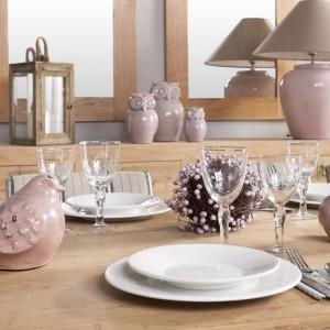 Porcelanowa zastawa, szklane kieliszki i dekoracje w kolorze pudrowego różu to dość kobieca propozycja, ale sprawdzi się jako szykowna aranżacja np. na noworoczny obiad. Fot. Unikaty.