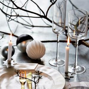 Dyskretna, elegancka aranżacja  kolejnej duńskiej marki - nie tylko na Święta. Znakomicie sprawdzi się też w czasie przyjęcia sylwestrowego lub noworocznego. Fot. House Doctor.