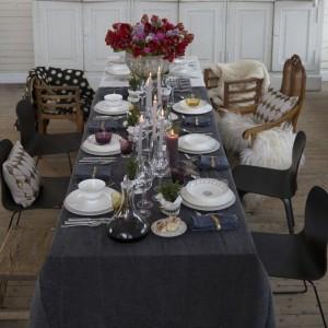 Elegancka, a zarazem przytulana aranżacja sylwestrowego stołu, której piękno polega na kontrastowym zestawieniu białej zastawy z ciemnym obrusem. Do tego mnóstwo świec i wieczorowy szyk gwarantowany! Fot. Villeroy&Boch.