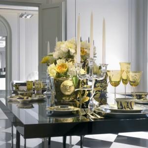 Prawdziwie królewska zastawa od firmy Rosenthal, zaprojektowana przez samego Versace. Barokowy styl i charakterystyczna twarz meduzy znakomicie nadają się na pełne przepychu sylwestrowe przyjęcie. Fot. Rosenthal.