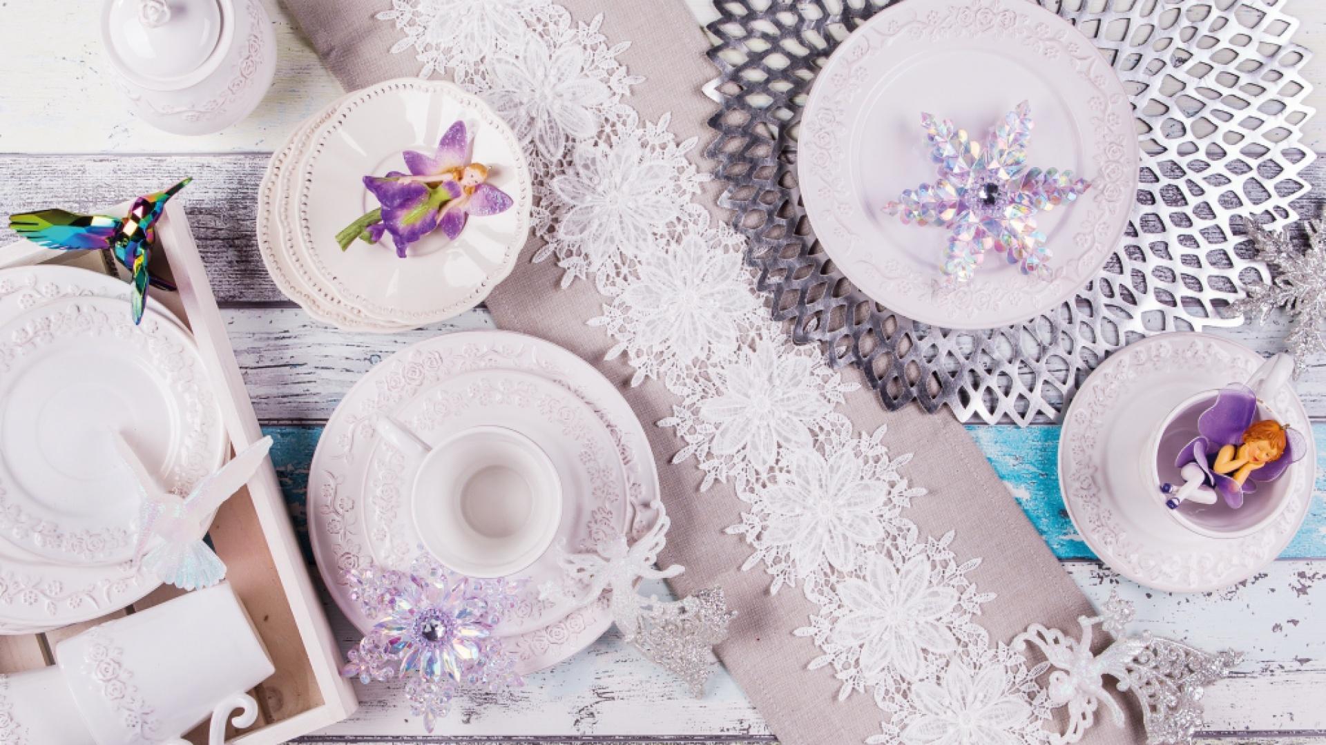 Przełom roku to szczególnie magiczny czas. Tę magię można odzwierciedlić również w dekoracjach na przyjęcie. Na stole królują biel, srebro i urocze małe wróżki i elfy, które z ochoczą spełnią noworoczne życzenia. Fot. Home&You.