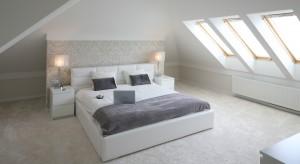 Światło w każdym wnętrzu gra ważną rolę. Poza oświetleniem ogólnym warto zadbać o dodatkowe źródła światła, które wprowadzą nastrojowy klimat do naszej sypialni!