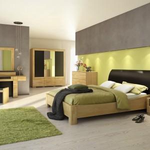 Kolekcja Rossano to meble z frontami wykonanymi z litego drewna dębowego w odcieniach bianco i notte. W kolekcji znajdziemy wiele elementów, które pozwolą nam stworzyć kompleksową aranżację sypialni. Fot. Meble Wajnert.