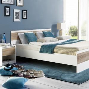Kolekcja mebli do sypialni Wenecja doskonale sprawdzi się w nowocześnie urządzonej sypialni. Proste bryły mebli oraz modne połączenie bieli i ciepłej barwy drewna sprawia, że meble będą dobrze się prezentować w każdej sypialni. Fot. Szynaka Meble.