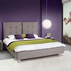 Tapicerowane łóżko Feng o oryginalnym, wysokim wezgłowiu podzielonym na dwie części. Łóżko dostępne jest w wielu kolorach oraz trzech wymiarach. Fot. Meble Wajnert.