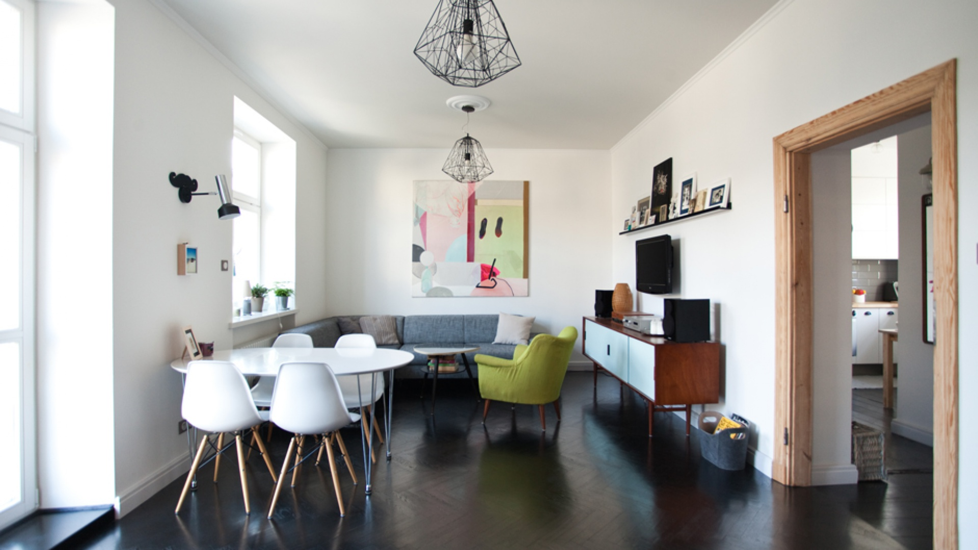 W mieszkaniu udało się zachować stare drewniane podłogi. Poddano je gruntownej renowacji - zostały wycyklinowane i pomalowane na stylową czerń. Projekt: Magdalena Ilmer, Boho Studio. Fot. Boho Studio.