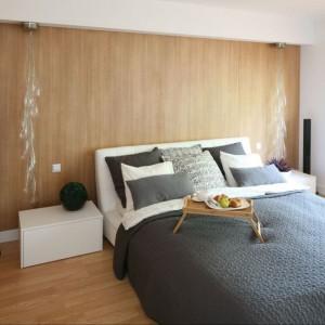Drewno umieszczone na całej ścianie tworzy we wnętrzu przyjemną, ciepłą atmosferę. Nadaje sypialni również oryginalny charakter. Projekt: Małgorzata Błaszczak. Fot. Bartosz Jarosz.