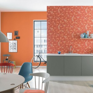 Pomarańczowy to jeden z najbardziej apetycznych kolorów, dlatego znakomicie sprawdzi się w kuchni. Ścianę możemy ozdobić tapetą w subtelne wzory z serii Funky Flair niemieckiej marki Rash. Fot. Rash.