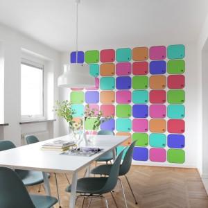 Kolorowe prostokąciki na tapecie z kolekcji Interaction Mr Perswall wniosą do przestrzeni kuchenno-jadalnianej trochę życia i podkreślą jej nowoczesny styl. Fot. Mr Perswall.