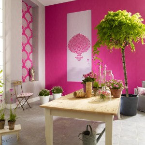 Jeśli chcesz nadać przestrzeni kuchenno-jadalnianej kobiecy wygląd, wykończ ściany różową tapetą. Taka dekoracja sprawi, ze wnętrze będzie oryginalne i wyraziste. Fot. Marburger Tapetenfabrik.