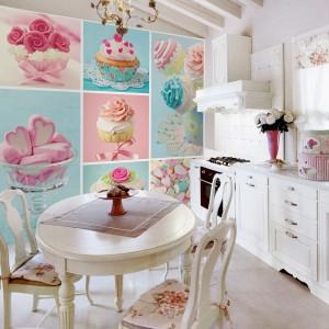 Winylowa fototapeta z motywem apetycznie wyglądających, barwnych deserów. Różowe babeczki, niebieskie lody - zaostrzą apetyt i dodadzą energii. Fot. Eksim, marka Pannelli Decorativi.