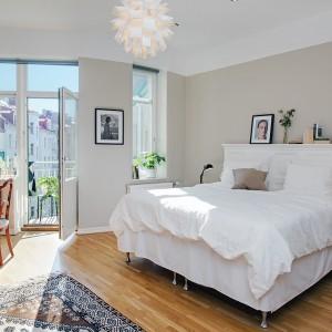 Drewniana podłoga, jasne ściany to charakterystyczne elementy stylu skandynawskiego, który może stać się ciekawą inspiracją do urządzenia własnej sypialni. Fot. Alvem Makleri.