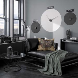 Wypoczynkową przestrzeń salonu podkreśla mocny, zdecydowany odcień szarości, który buduje klimat tego wnętrza. Fot. Crown.