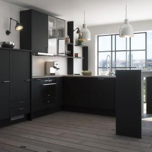 Ciemne, nowoczesne meble współgrają z delikatnie szarymi ścianami i loftowym oświetleniem. Nowoczesny charakter frontom mebli nadają metalowe uchwyty. Fot. Marbodal, kuchnia Torö dębowa.
